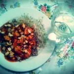 Indyk w sosie pomidorowym z kaszą gryczaną i kiełkami