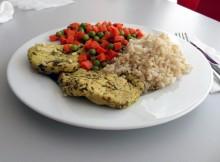 Sznycle z indyka z marchewką i groszkiem oraz ryżem brązowym
