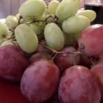 Białe i różowe winogrona