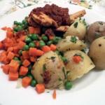 Sznycle indycze z suszonymi pomidorami z marchewką i groszkiem oraz ziemniakami z wody