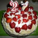 II wersja tortu ozdobionego truskawkami i płatkami kokosowymi
