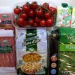 Składniki użyte do przygotowania dania (wszystko poza śmietanką ryżową kupione w Biedronce). Śmietankę można nabyć w specjalistycznych sklepach lub przez Internet.