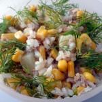Sałatka z tuńczykiem, kukurydzą, ananasem i świeżym koperkiem