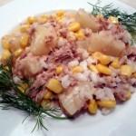 Pyszna i prosta sałatka z tuńczykiem, kukurydzą i ananasem
