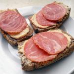 Chleb gryczany, humus, wędlina i śniadanie gotowe