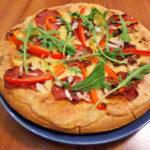 Pizza na gotowym spodzie to idealne rozwiązanie, gdy brakuje nam czasu na robienie własnego ciasta, ale szukamy czegoś smaczniejszego od gotowych mrożonek