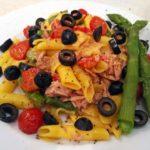 Gotowy makaron bezglutenowy ze szparagami i tuńczykiem