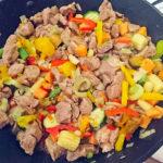 Usmażone mięso razem z warzywami